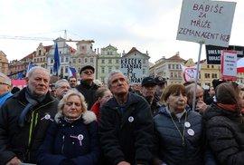 Podporovatelé spolku Milionu chvilek pro demokracii prošli v neděli 1. 3. Prahu a sešli se na Staroměstském náměstí.
