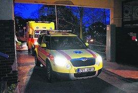 Převoz nakaženého pacienta z Ústí nad Labem. Lékařský vůz doprovázel převozovou sanitku.