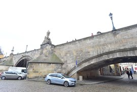Viděli jste někdy Karlův most zespodu? Takhle se veřejný prostor využívat nemá