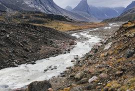 Mt. Breidablik (v popředí) a Mt. Thor, nejvyšší vertikální útes na planetě