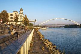V odpočinkové zóně Eurovei se místní scházejí na kávu a kus řeči s výhledem na Dunaj