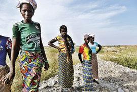 Ženy čekají na vytěženou horninu. Těžký náklad pak po táboře přenáší na svých hlavách.