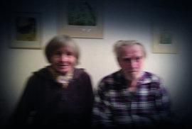 Z. K. Slabý neustále v pohybu... Na snímku Michala Kořána pózuje se svou ženou Dagmar Lhotovou, spoluautorkou Kocoura Vavřince. Fotografováno u manželů doma v roce 2017, u příležitosti vydání CD k padesáti letům Kocoura Vavřince.