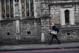 Nemocných přibývá i ve Velké Británii.