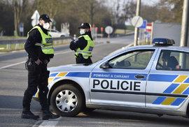 Policistické na česko-rakouské hranici během přísných opatření kvůli koronaviru (17.3.2020)