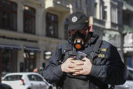 Policista s respirátoem v centru Prahy (14.3.2020)