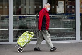 Vláda blouzní. Většina lidí nad 60 let nepotřebuje jejich 5 roušek. Pošlete je jinam