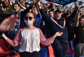 Drtivá většina příznivců na stadionů fandila bez roušek