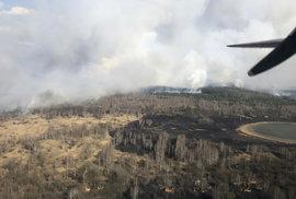 Požár se šíří okolo vesnice Volodymyrivka , která se nachází v oblasti nedaleko atomové elektrárny Černobyl