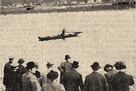 Rekonstrukce událostí z1. září 1935. Celník Chalupa ukazuje porotcům, kde místopředseda Československého svazu kanoistů utopil svou manželku.