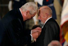 Zdeněk Jičínský převzal 28.10.2014 od prezidenta Miloše Zemana medaili Za zásluhy I. stupně