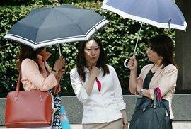 V zemi, kde slunce pálí od rána do večera, se opaluje jen málokdo. Navíc skoro všechny ženy nosí deštník. Ať prší nebo praží slunce.