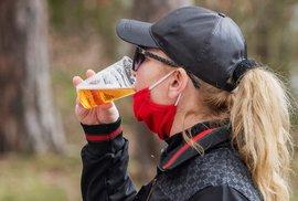 Žena pije pivo 4. dubna 2020 v teplém jarním odpoledni u Boleveckého rybníka v Plzni.