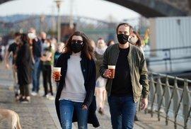 Velký pátek v Praze: Lidé využili teplé počasí a vyrazili na Náplavku (10. 4. 2020)