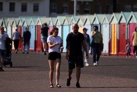 I přes vysoký počet nakažených a mrtvých Britové nemusí nosit roušky a vyrážejí do parků i ulic (11. 4. 2020)