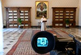Papež František při mariánské modlitbě. (13.4.2020)