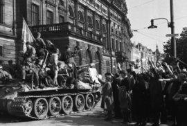 Pražské povstání vypuklo 5. května 1945. Česká národní rada vydala prohlášení o konci Protektorátu a o převzetí vládní a výkonné moci. Nejdříve probíhaly demonstrace, které brzy přešly do ozbrojeného odporu. Právě v této době v rozmezí 5. až 9. května 1945 vznikly tyto unikátní snímky.
