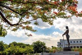 Socha legendárního náčelníka Lapu-Lapu v Rizal parku ve filipínské Manile