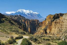 Jeden z nejkrásnějších výhledů v celé Bolívii – červenavé útesy kaňonu Palca, nad nimiž krajině kraluje skoro šest a půl kilometru vysoká hora Illimani s bílou ledovcovou čepičkou