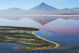Laguna Colorada (4270 m) o rozloze 60 km2 není hlubší než 1,5m. Červené zbarvení vody způsobují kolonie vodních řas schopných žít ve slané vodě. Jezero obývají plameňáci andský, chilský a Jamesův.