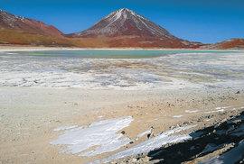 Stratovulkán Licancabur (5920m) s jezerem Laguna Verde se nachází v nejzazším jihozápadním cípu Bolívie.  Jeho vrcholem prochází  hranice s Chile.