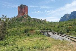 """Skalní věž Torre de Chochís nad tratí bolivijského """"vlaku smrti"""""""