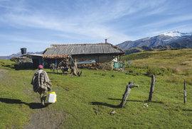 Život farmárov v horách je neľahký a za predané mlieko dostanú málo