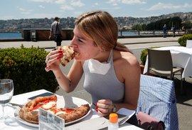V koronavirem těžce zkoušené Itálii se otevřely restaurace. Jídelní lístky zmizely, nahradily je QR kódy (22. 5. 2020)
