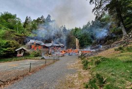 Na Děčínsku hoří lesní porost a historické chaty.