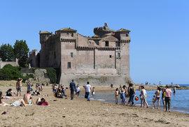 Koronavirus v Itálii: Lidi během uvolňování vyrazili ven. Třeba na pláž Santa Severa nedaleko R´íma (23.5.2020)