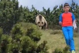 Děsivé setkání a učebnicové chování. Malý kluk unikl medvědovi díky otcově radě