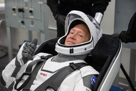 Astronaut Douglas Hurley během zkoušky nového skafandru, který vyvinula soukromá firma SpaceX pro potřeby NASA