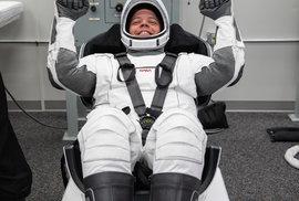 Astronaut Robert Behnken během zkoušky nového skafandru, který vyvinula soukromá firma SpaceX pro potřeby NASA