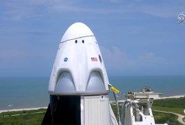 Americká loď Crew Dragon krátce před startem.