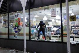 Protesty proti policejní brutalitě spustila na mnoha místech Spojených států smrt černocha George Floyda při policejním zásahu. Z některých míst byly v uplynulých nocích hlášeny střety policie s demonstranty, rabování a zapalování aut. (2. 6. 2020)