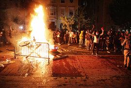 Virus made in USA: Americké protesty v jiné podobě. Blíží se Trumpův konec?