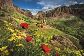Klášter Noravank v jarní rozkvetlé atmosféře