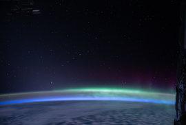 Satelity Starlink při pohledu z Mezinárodní vesmírné stanice