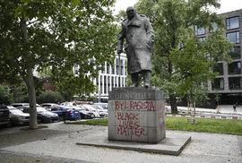 Na podstavec sochy bývalého britského premiéra Winstona Churchilla v Praze 3 někdo 11. června 2020 napsal, že byl rasista.