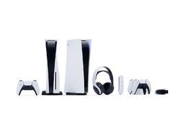 Obě verze PlayStation 5 i s příslušenstvím.