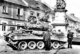 Manětín opět svobodný: Tankové zátiší pod barokním sousoším