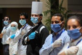 Mimořídná opatření v hotelových resortech v Egyptě. Také v Hilton Hurghada Plaza všechno dezinfikují, personál nosí ochranné pomůcky.