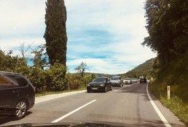 Na hranicích mezi Slovinskem a Chorvatskem stojí mnohakilometrové kolony.