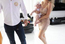Zápasník MMA Karlos Vémola s půvabnou partnerkou Lelou a jejich dcerou Lili