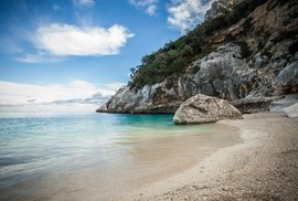 Čisté moře, krásná příroda a dlouhověcí obyvatelé. Taková je Sardinie, druhý největší ostrov Itálie