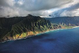 Pokud si netroufáte na Kalalau Trail, můžete se nádherným pobřežím pokochat z helikoptéry