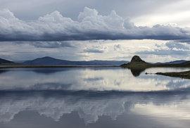 V oblasti Bílého jezera procházejí oblaka velmi nízko a vytvářejí bílý odlesk na hladině