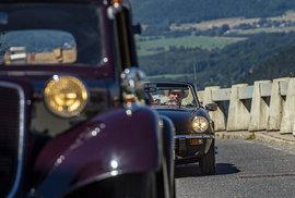 Popatnácté se v sobotu desítky autoveteránů a starých motocykl vypravily na Ještěd.