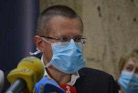 Tisková konference ministerstva zdravotnictví. Účastnil se také ředitel ÚZIS Ladislav Dušek (3.8.2020)