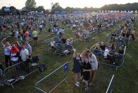 Britové si v Newcastlu užívají koncert zpěváka Sama Fendera po skupinkách v oddělených kójích. K dispozici je 500 oddělených zón, podle organizátorů jde o první koncert na světě, kde se dodrží sociální distanc. (11. 8. 2020)